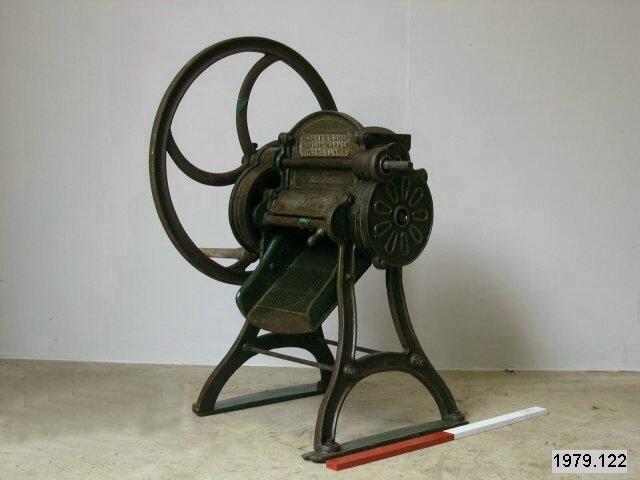 Barn machinery cake breaker